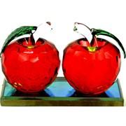 Два яблока стеклянные гранненые на подставке
