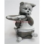 Кошка с рыбой в блюдце из мраморной крошки
