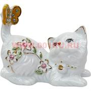 Кошечка из фарфора с бабочкой
